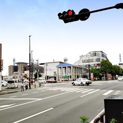 最初の信号(メガネのヨネザワ本店)の交差点を左折します